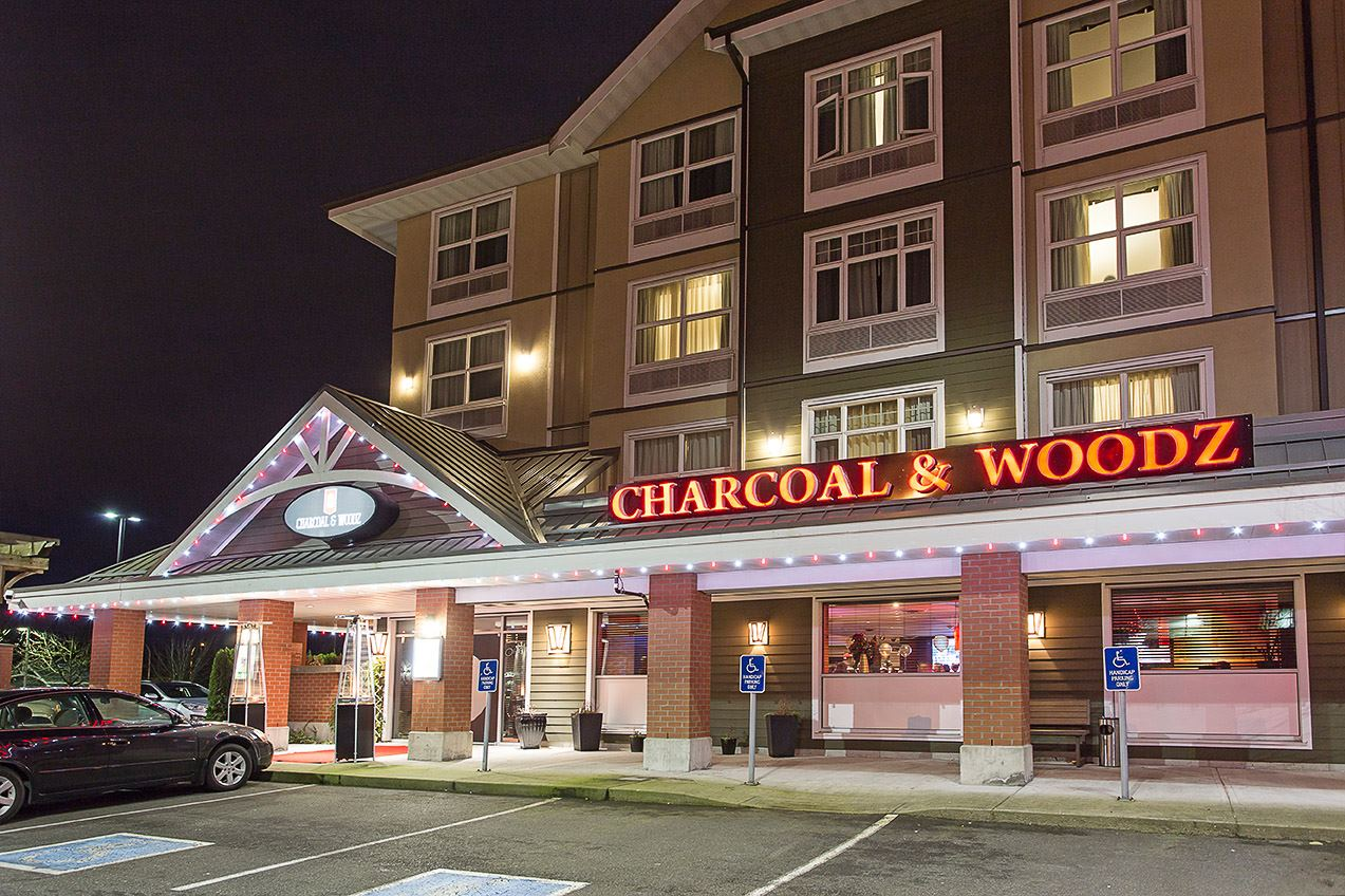 Charcoal and Woodz at Holiday Inn and Suites Cloverdale Surrey - 1